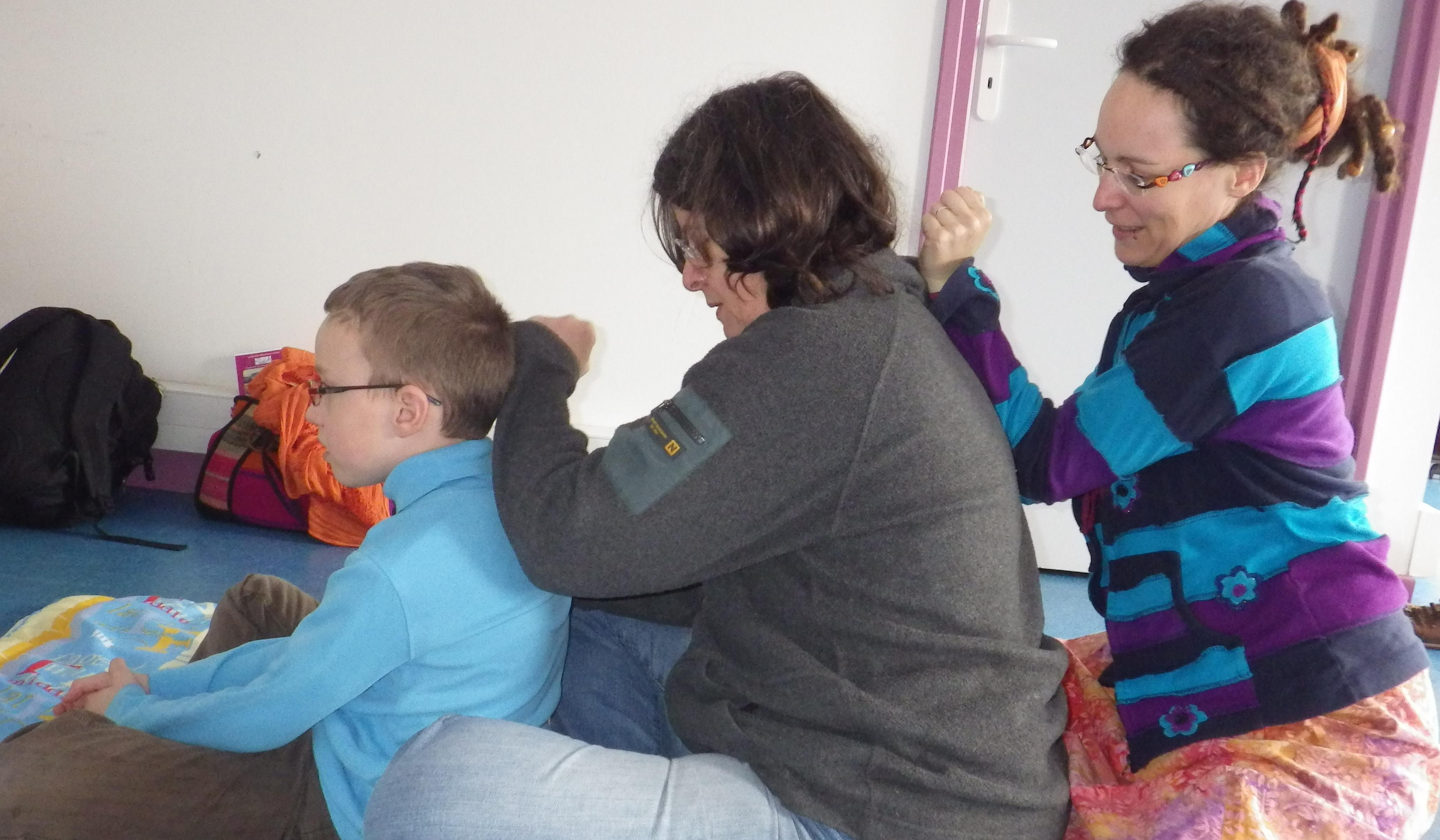 photo prise lors d'un atelier entre un fils et ses mamans