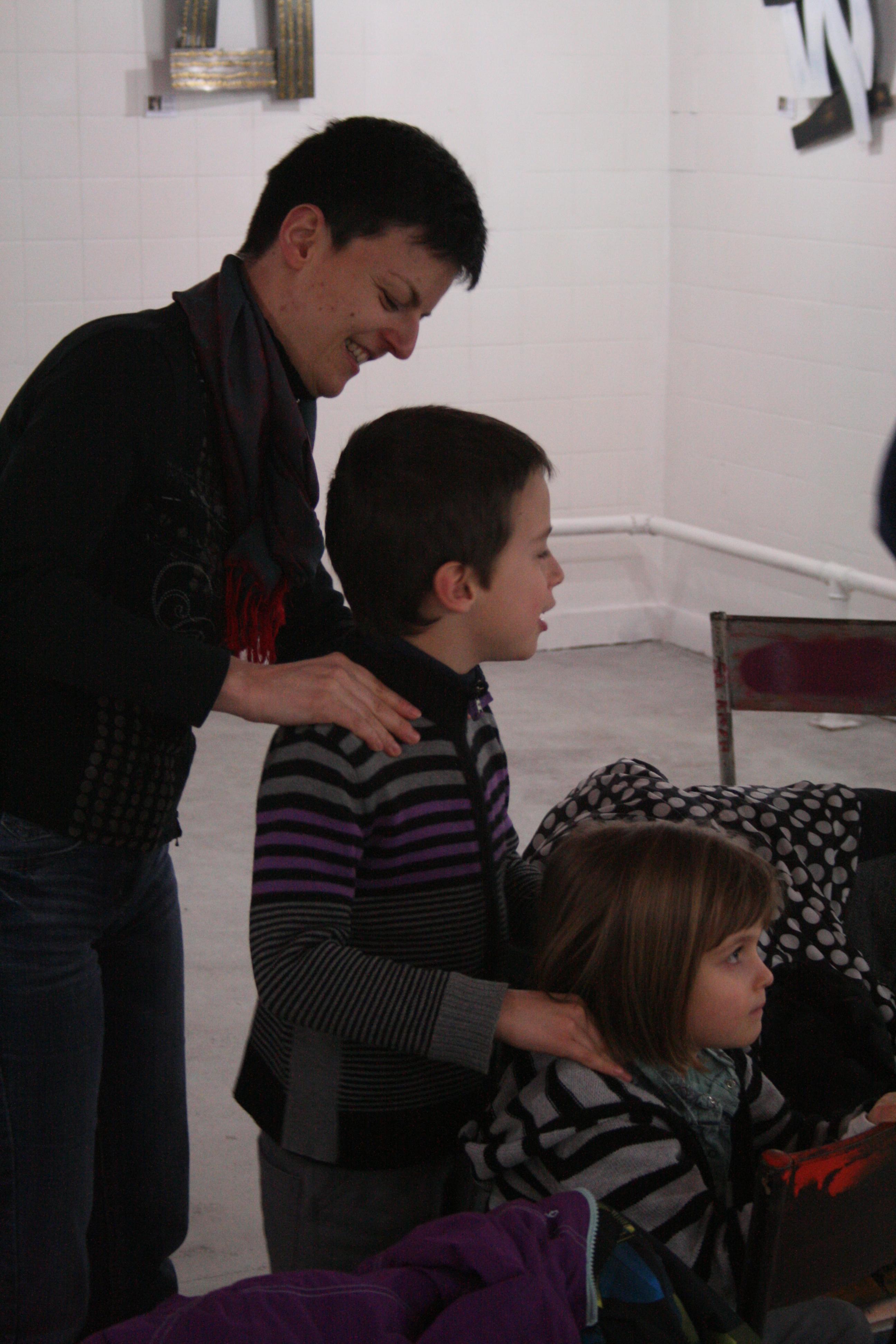 photo prise lors d'un atelier de Sandrine entre une maman et ses enfants