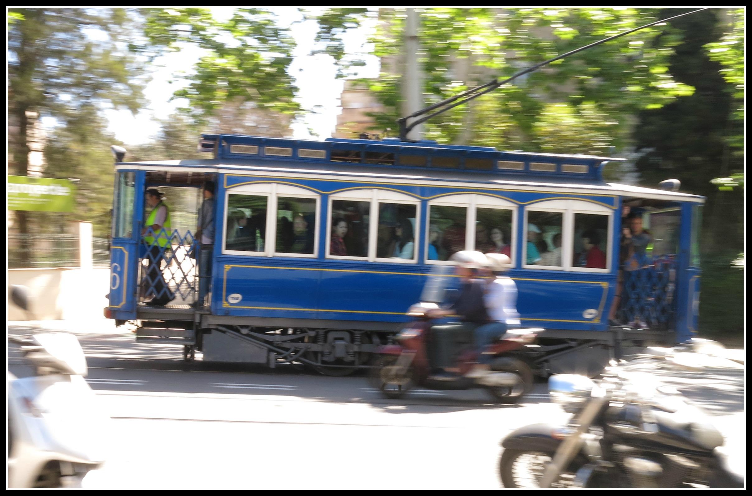 Le petit tram bleu centenaire qui mène à Tibidabo